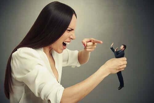 Bir adama bağıran bir kadın.