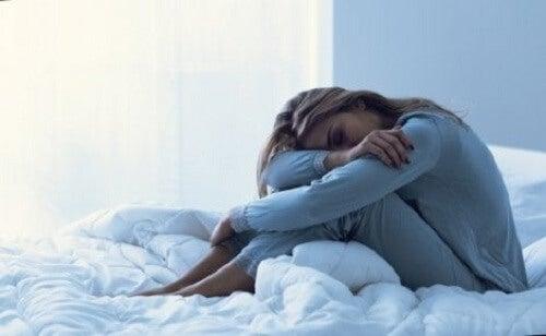 Menstrüasyon öncesi disforik bozukluk yaşayan bir kadın.