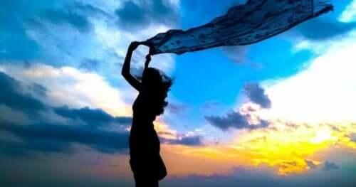 Özgür görünen bir kadın.