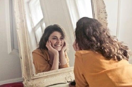 Aynada kendisine bakarak sadece bugün tekniğini uygulayan bir kadın.