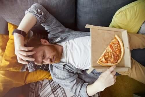Sıkıntıdan pizza yiyen bir adam.
