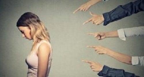 Parmakla gösterilen bir kadın.
