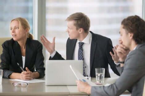 toplantı yapan bir grup insan