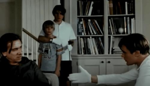 Ölümcül Oyunlar filminden, bir adamın diğerine zorbalık yaptığı bir kare.