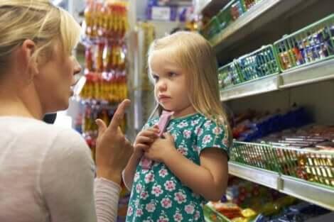 Annesinin sözünü dinleyen küçük kız çocuğu