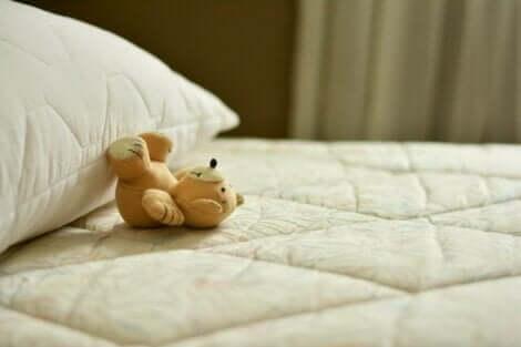 boş yatak üzerindeki ayıcık ve boş vakti olmayan insanlar