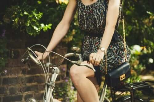 Araba yerine bisiklete binen tutumlu kadın