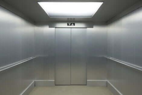 boş gri asansör ve asansör fobisi