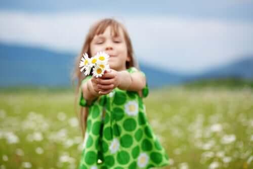 çiçek tutan bir kız