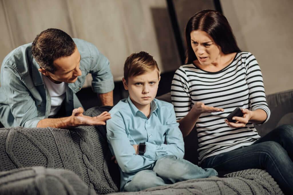 çocuklarıyla ciddi bir biçimde konuşan anne ve baba