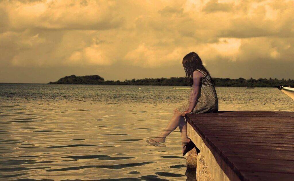 deniz kenarında oturan bir kız