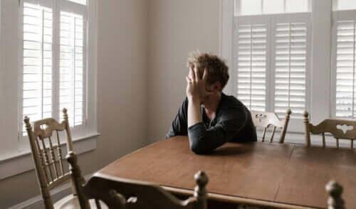 düşünceli adam masa başında bekliyor ve kriz yorgunluğu