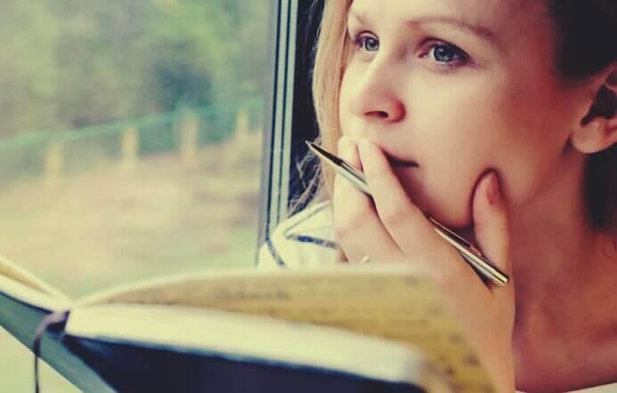 elinde kitapla çalışan bir kız