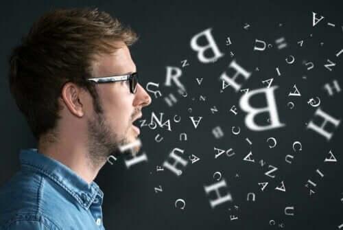 gözlüklü erkek ve arkada beliren harfler ve insanlar neden kendi kendilerine konuşur