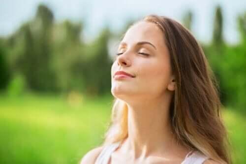 huzurlu kadın gözlerini kapatmış ve zihninizi nasıl besliyorsunuz