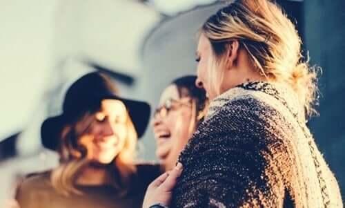 Birlikte gülen kadın arkadaş grubu