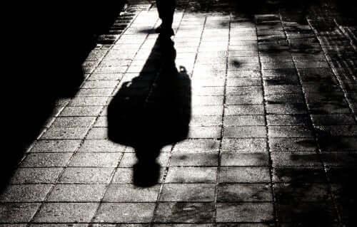 Kaldırımda yürüyen adamın gölgesi