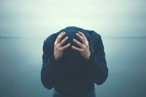 korkan insan kafasını öne eğmiş ve agorafobi