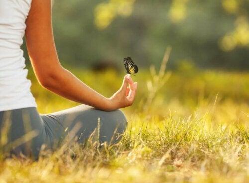 meditasyon yapan bir kadın ve kelebek