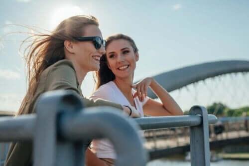 iki mutlu kadın birbiriyle konuşuyor