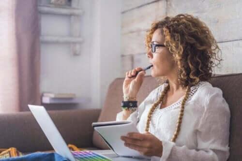 Profesyonel anlamda öz farkındalık sahibi kadınlar iş yaşamında daha başarılı.
