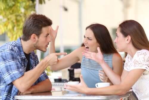 Dilinin Kemiği Olmayanlar: Yanlış Anlaşılan Samimiyet