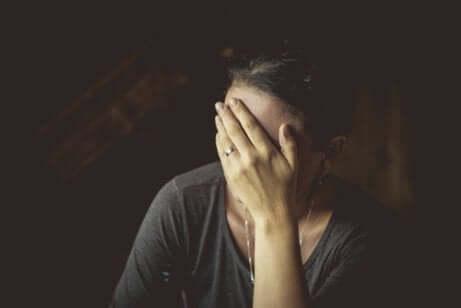 travma yaşayan kadın yüzünü kapatıyor