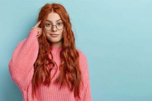 turuncu saçlı kız kendi kendine konuşuyor