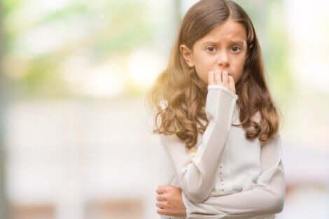 üzgün çocuk tırnaklarını yiyor ve aşırı korumacı