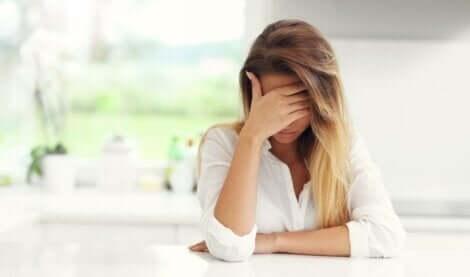 üzgün kadın ve çocuklarını psikolojik olarak taciz eden ebeveynler