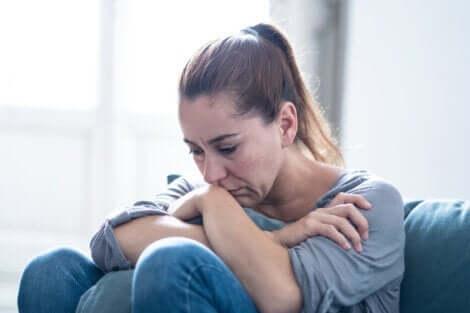 duygu ve davranış değişimleri: üzgün oturan kadın