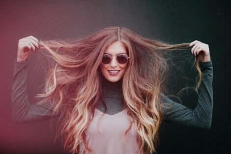 Güneş gözlükleri ve güzel bir saçla daha çekici görünün