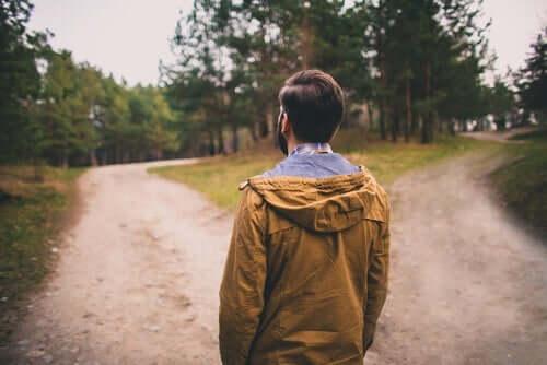 Yol ayrımında olan arkası dönük adam
