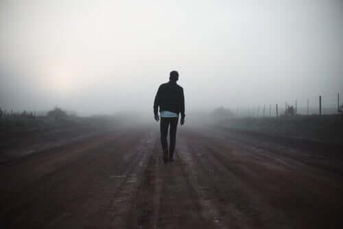 yolda yürüyen adam