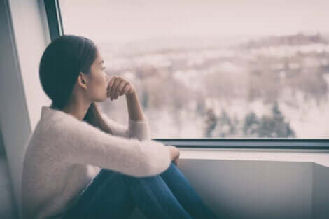 bulutlu günler ve dışarı bakan kadın