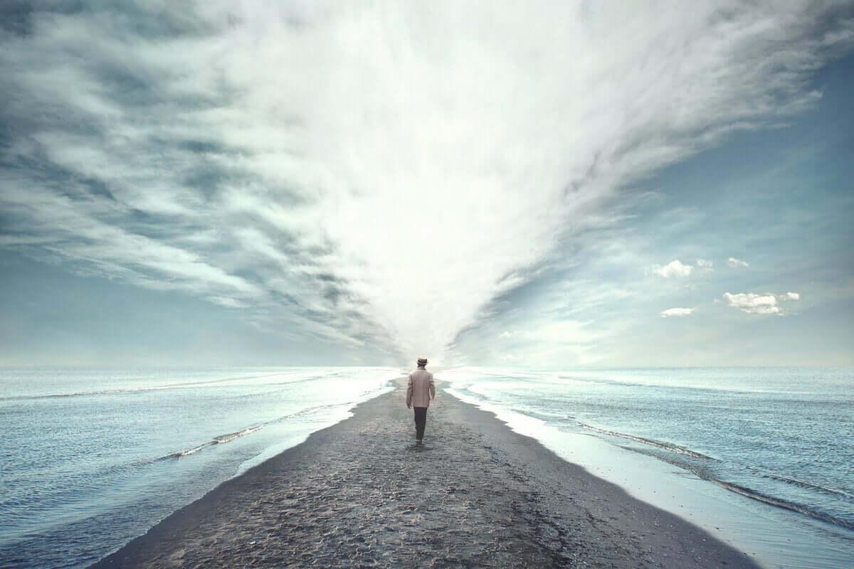 deniz kenarında yürüyen bir adam