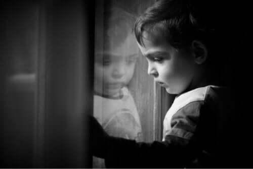 Depresyondaki bir oğlan çocuğu.