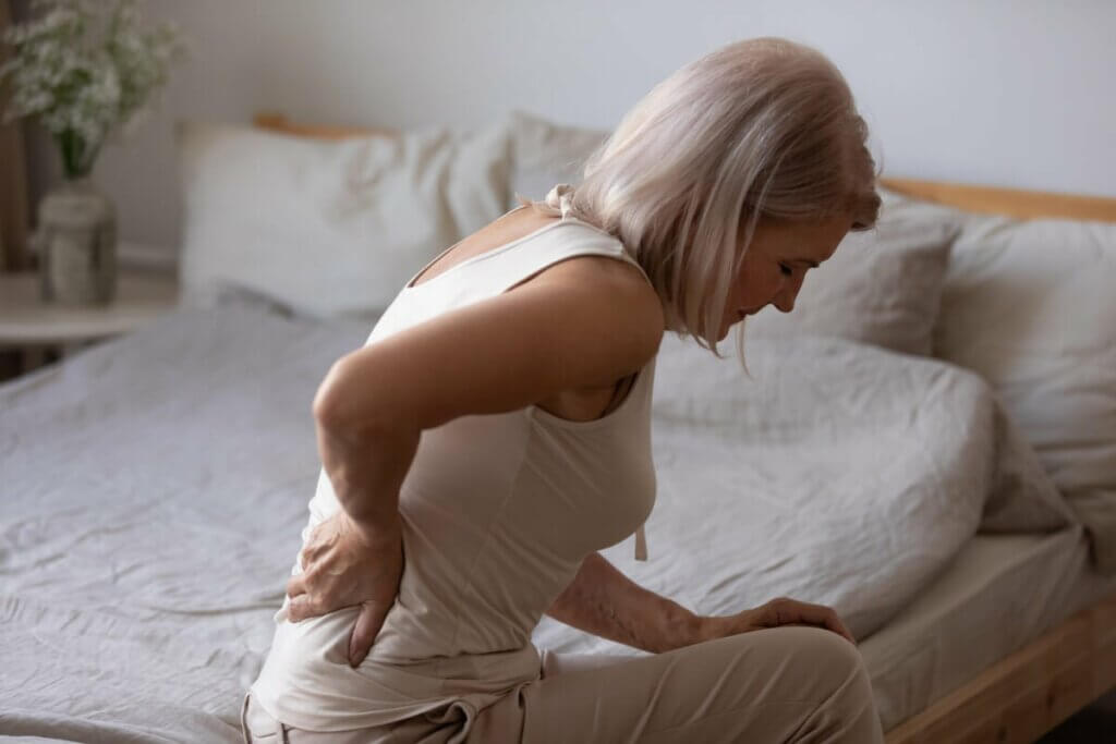 kronik ağrı çeken bir kadın
