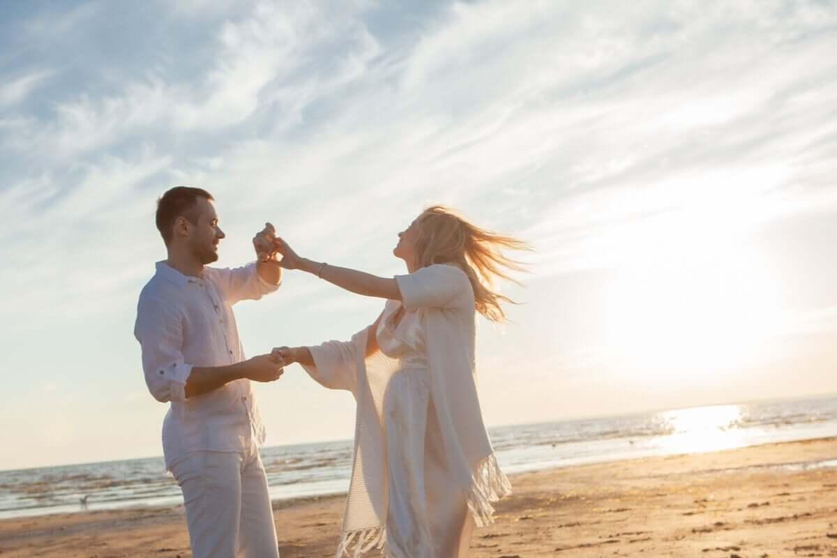 kumsalda dans eden bir çift