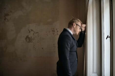 pencerenin önünde üzgün adam