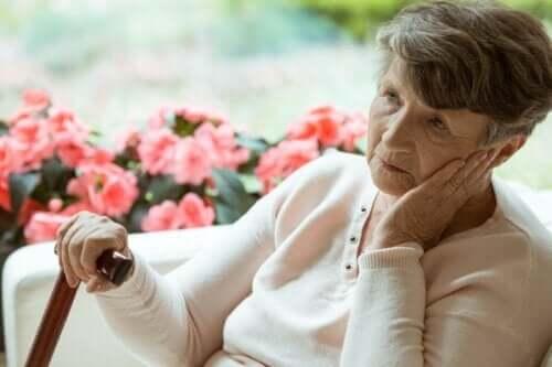 Uzaklara bakan yaşlı bir kadın.