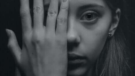 yüzünün yarısını eliyle kapatmış kadın ve kusurlarınızı kabul etmek