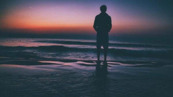 Acısını yalnız kalarak yaşayan insanlar.