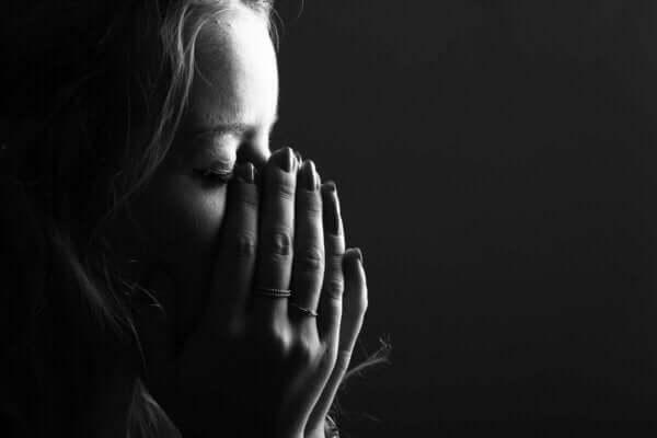 Sevilen birinin kaybı sonrası ağlayan insan.