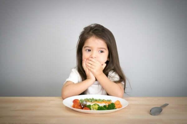 Yemek yemeyen çocuklar.