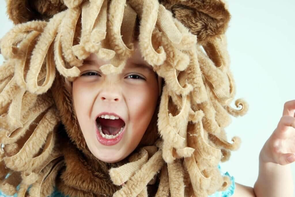 Aslan yeleli kostümü olan çocuk
