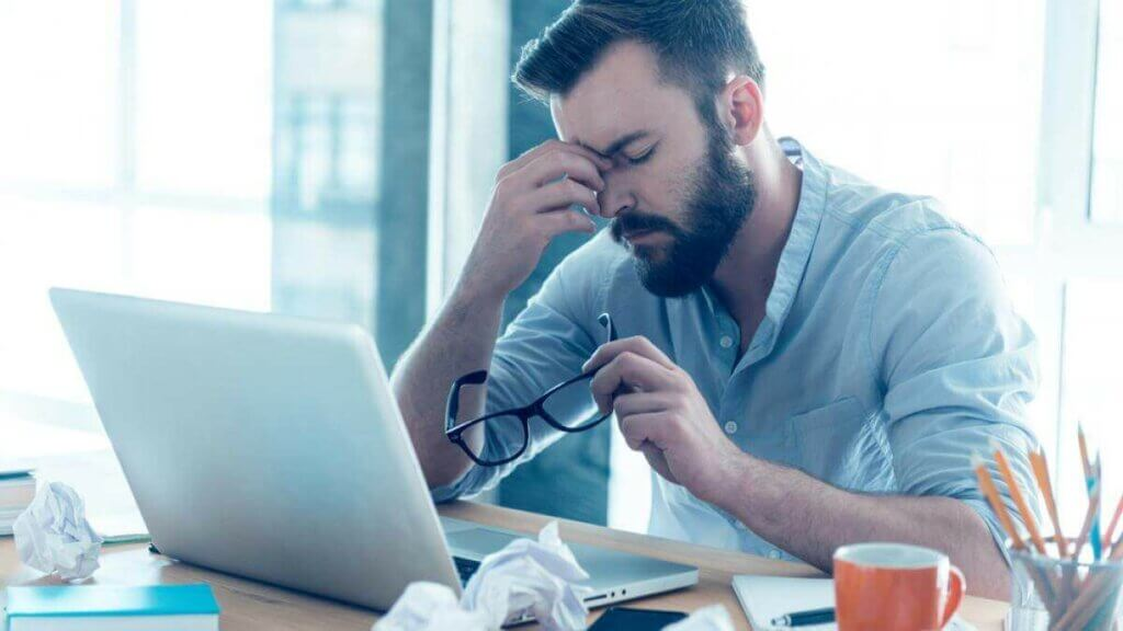 bilgisayar başında çalışan bir adam