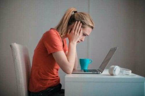iş yerindeli çatışmalar: bilgisayar başında stresli oturan kadın