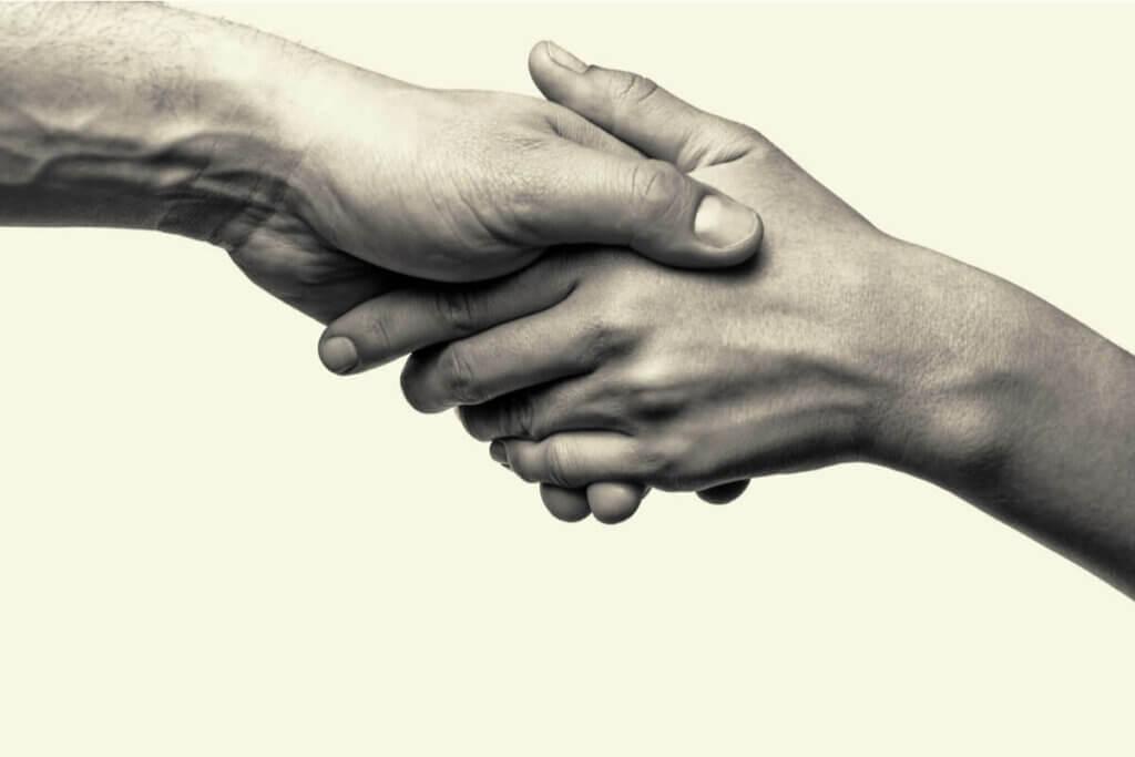 birbirini sıkan eller