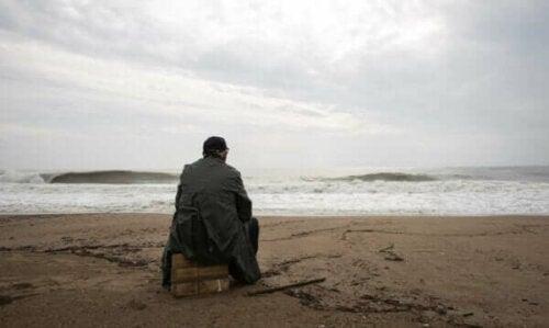 deniz kenarında oturan adam
